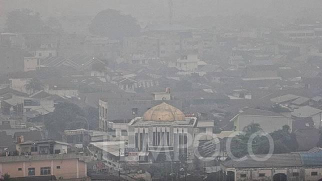 Suasana Kota Pekanbaru dipenuhi kabut asap yang berasal dari kebakaran hutan dan lahan di Pekanbaru, Riau, Rabu, 18 September 2019. Asap ini berasal dari kebakaran Lahan gambut di Rimbo Panjang yang berbatasan dengan Kota Pekanbaru. TEMPO/Hilman Fathurrahman W