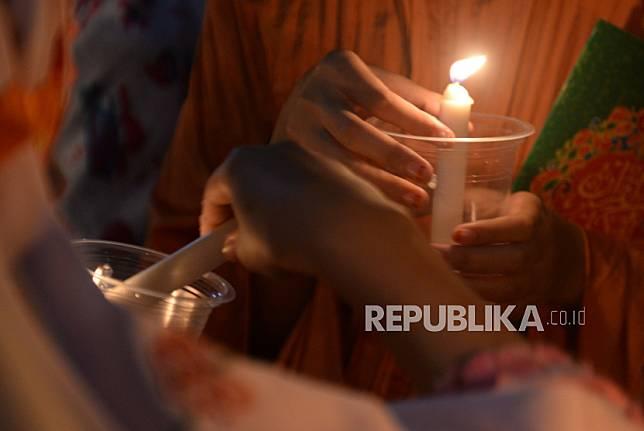 Santri Ponpes Nurul Hidayah Al Mubarokah, Andong, Boyolali, Jawa Tengah, Ahad (2/5) malam, melakukan tadarus bersama untuk memperingati Nuzulul Quran. Para santri melakukan tadarus di tempat terbuka dengan menggunakan penerangan senthir atau lampu minyak.