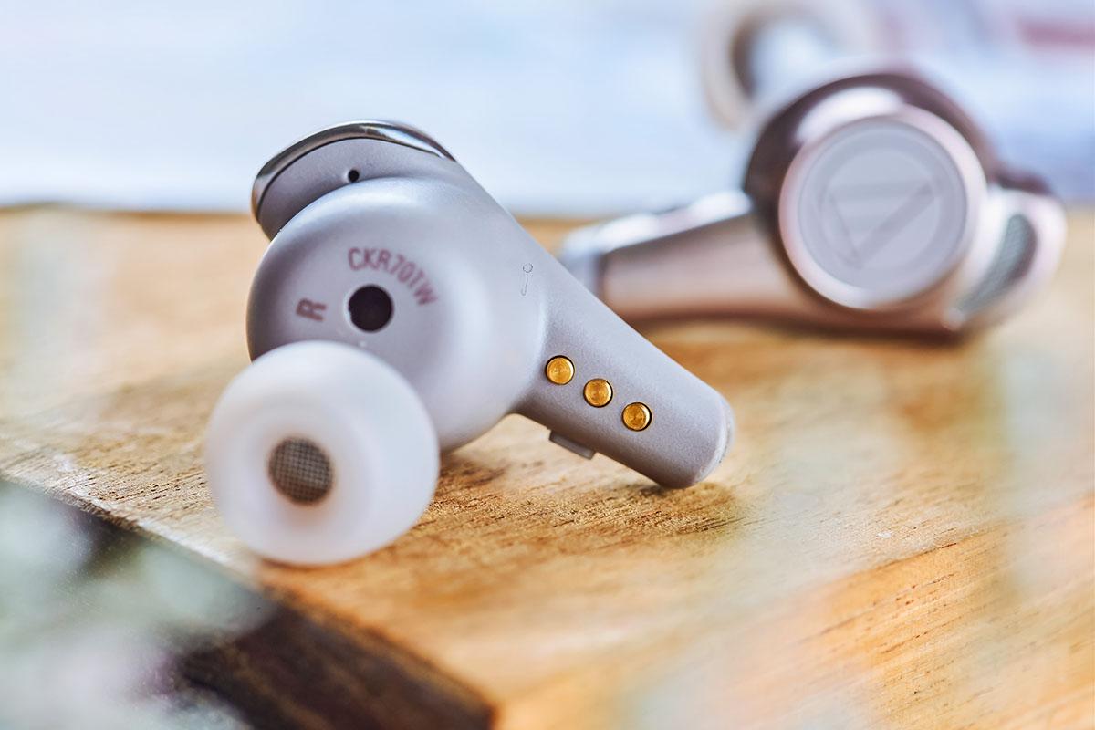 從上面這個角度可以看到鍍金充電接點以及耳機的單體發聲端,此次 ATH-CKR70TW 搭載了 5.8mm 高音質驅動單元,並支援 aptX 高音質藍牙無線傳輸編碼,從硬體端與傳輸技術端都能看出原廠的用心。 ▲直接來看 ATH-CKR70TW 的機體分解圖,可以發現驅動單元與不銹鋼製音響導管 (PAT.P) 連接,再加上發聲口端也採用不鏽鋼面網,使得聲音傳導過程能有效保留完整音訊,並傳送出自然的音色效果;此外 ATH-CKR70TW 還搭載了由 RUBYCON 所生產的 PML-CAP® 薄膜高分子層積電容器 (主要用在高級音響器材的電容),此次等同以縮小版型態放入 ATH-CKR70TW 機體之中,確保低失真聲音表現,並能有效抑制聲音中的噪訊,使整體音質更加純淨。