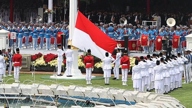 Paskibraka mengibarkan Bendera Merah Putih saat upacara Peringatan Detik-detik Proklamasi Kemerdekaan ke-74 Republik Indonesia di Istana Merdeka, Jakarta, Sabtu 17 Agustus 2019. HUT Ke-74 RI mengangkat tema SDM Unggul Indonesia Maju. TEMPO/Subekti.