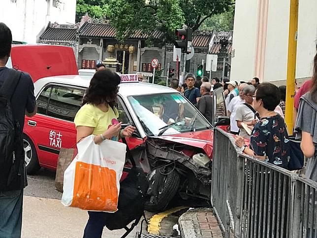 的士失控衝上安全島,撞倒多名途人。 馬路的事討論區fb/網民莫振雄圖