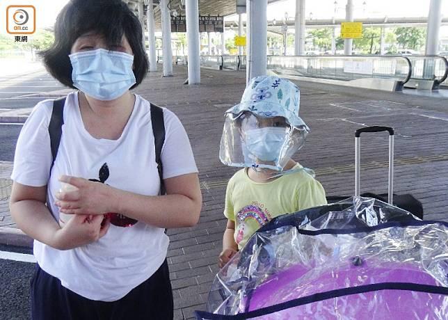 謝女士(左)直言留在香港更擔心。(黃雄攝)