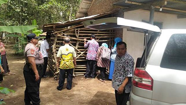 Evakuasi warga Kecamatan Klirong, Kebumen yang dipasung. (Foto: Liputan6.com/Polres Kebumen/Muhamad Ridlo)