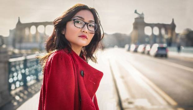 Ilustrasi wanita berkacamata. Shutterstock