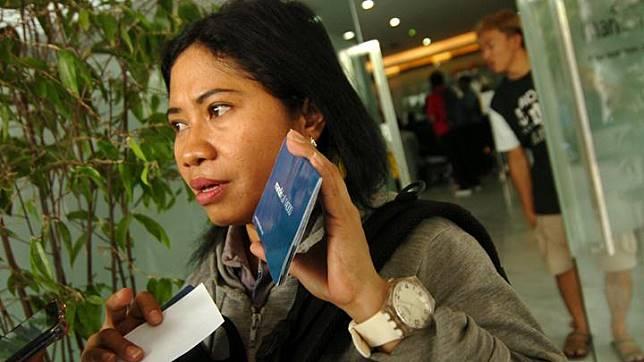 Marina, salah satu nasabah Bank Mandiri, menunjukkan kartu tabungan dan ATM saat aksi protes di Bank Mandiri Cabang Tegal, Jawa Tengah, Sabtu 20 Juli 2019. Menurut ratusan nasabah, sejak pagi tidak bisa mengambil uang di ATM, saldo tabungan mereka kosong dan pihak bank Mandiri Tegal menjanjikan dalam tiga hari atau hari Senin (22/7/2019) saldo mereka akan kembali seperti semula karena diduga ada kerusakan sistem. ANTARA FOTO/Oky Lukmansyah