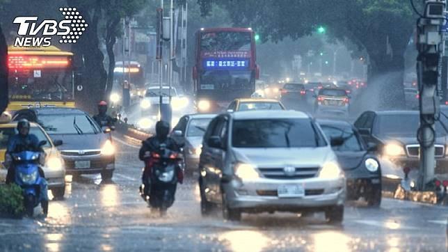 若低压持续增强,不排除生成为今年第13号台风。图/TVBS