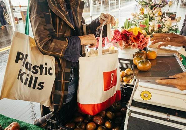 10 Cara Mengurangi Sampah Plastik di Rumah !