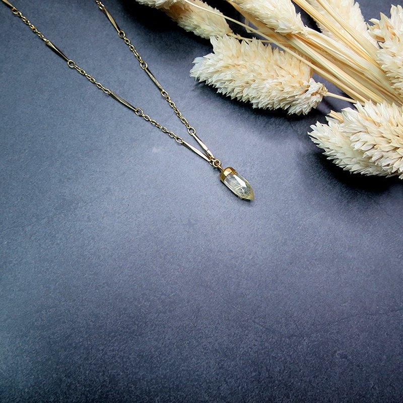 獨家Vintage古著設計,帶你一起前進華麗年代! 採用招財金髮晶,圖二是一般水晶與髮晶的比對圖,設計館裡都有售。