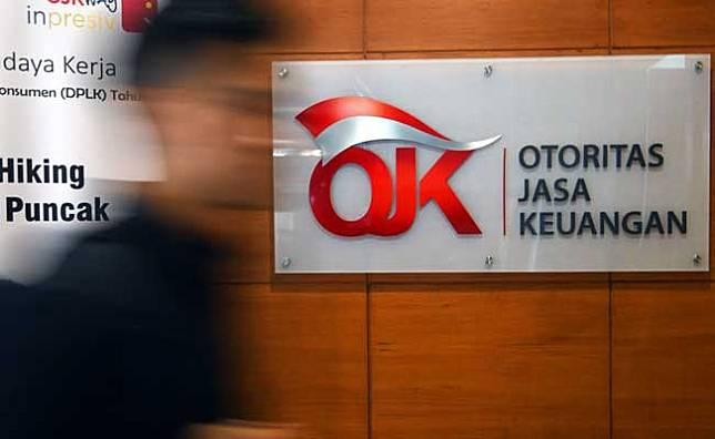 Pengunjung gerai Slik menunggu panggilan petugas Otoritas Jasa Keuangan (OJK) di Gedung Bank Indonesia, Jakarta, Rabu (5/2/2020). Bisnis/Abdurachman