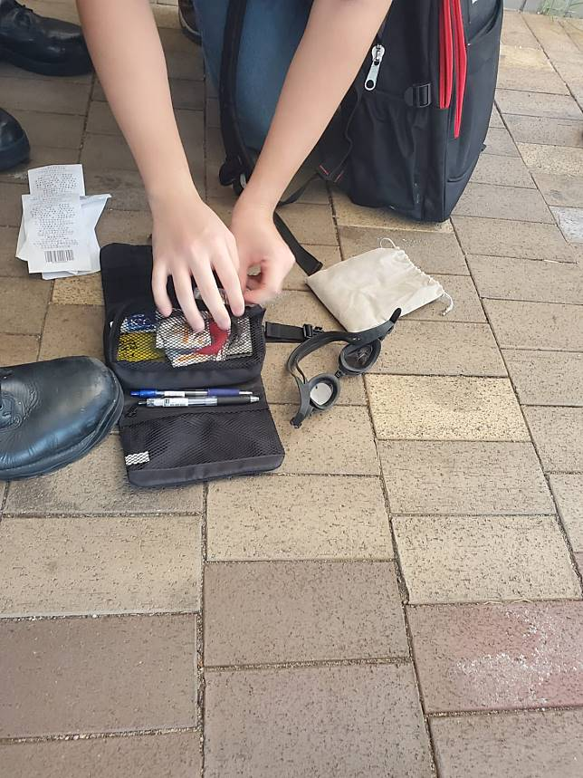 警方搜查懷疑持假記者證男子的物品,發現避孕套。