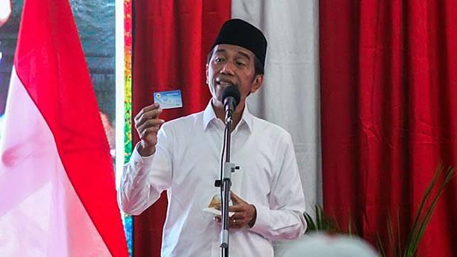 Calon Presiden inkumben nomor urut 01, Joko Widodo atau Jokowi menunjukkan kartu Pra Kerja saat berpidato dalam kampanye terbuka di Lhokseumawe, Aceh, Selasa, 26 Maret 2019. kampanye ini dihadiri ribuan pendukung, parpol pengusung, dan para ulama. ANTARA/Rahmad