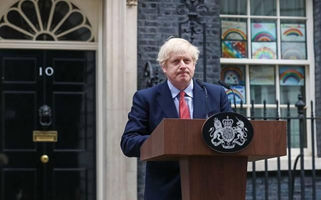 Perdana Menteri (PM) Inggris Boris Johnson ketika memberikan keterangan di luar kantornya di 10 Downing Street di London, Inggris, Senin (27/4/2020)./Bloomberg-Simon Dawson