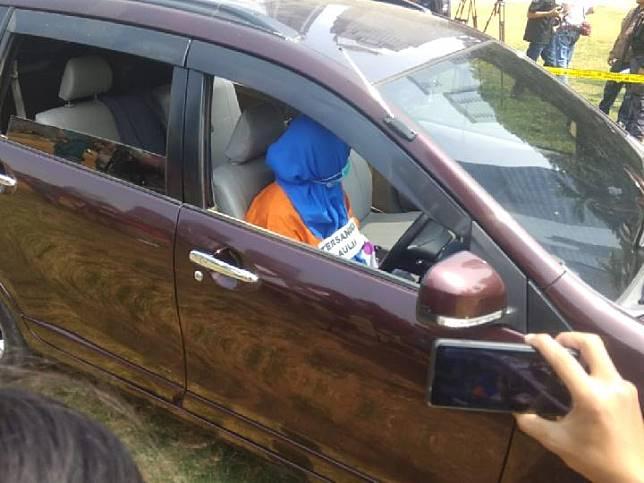 Penyidik kembali menggelar rekonstruksi kasus istri bunuh suami dan anak tiri, Senin 9 September 2019. Adegan yang direka ulang adalah ketika tersangka Aulia Kesuma, 45, bersama anaknya membakar mobil berisi jasad suami dan anak tirinya. Reka ulang dilakukan di lapangan Sabhara Polda Metro Jaya. Tempo/M Yusuf Manurung