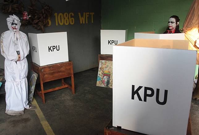Polling officers wear ghost costumes to welcome voters to polling station (TPS) 73 in Gunung Balong 1, Lebak Bulus, South Jakarta on the April 17 election day. Many polling stations decide to go creative and serve voters using special themes.
