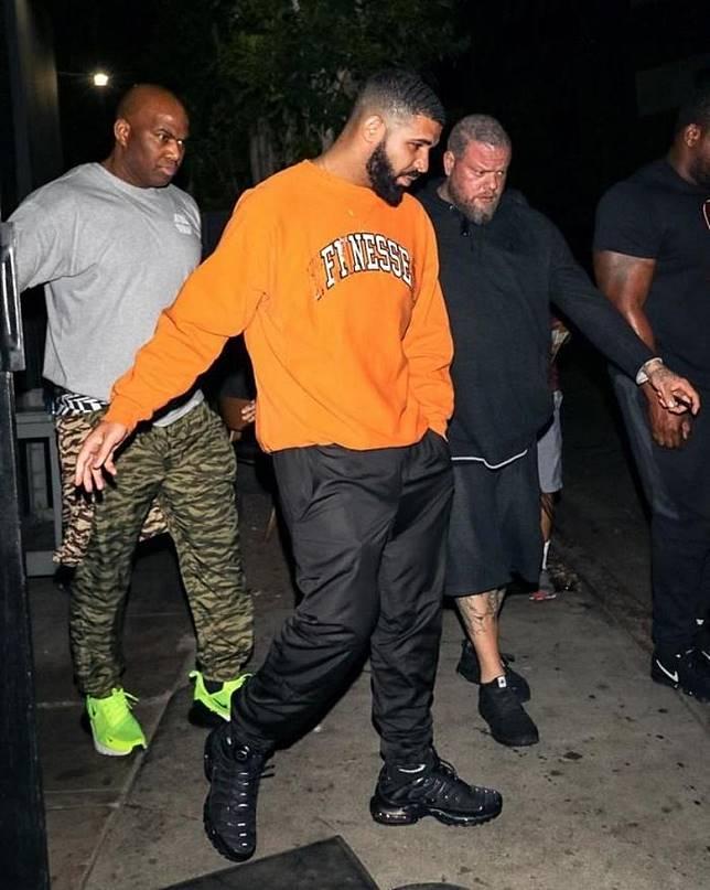 睇到Drake呢身橙x黑造型,你就知點解今次聯名都係用呢兩種顏色。(互聯網)