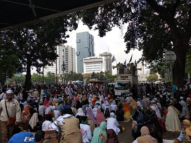 Ahead of the Constitutional Court ruling over the presidential election dispute on Thursday, supporters of losing presidential candidate Prabowo Subianto gathered near the Constitutional Court in Central Jakarta on Wednesday in a rally, demanding a fair ruling by the justices.