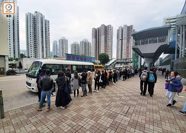一批市民在大圍站外輪候接駁車輛往寶福山。(梁裔楠攝)