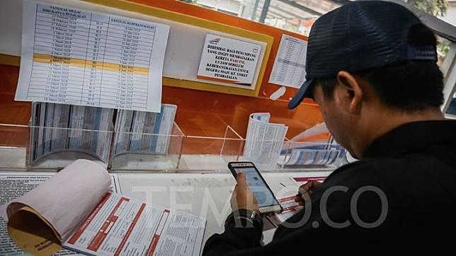 Sejumlah calon penumpang saat melakukan pemesanan tiket kereta api mudik lebaran 2019 di Stasiun Pasar Senen, Jakarta, 25 Februari 2019. TEMPO/M Taufan Rengganis