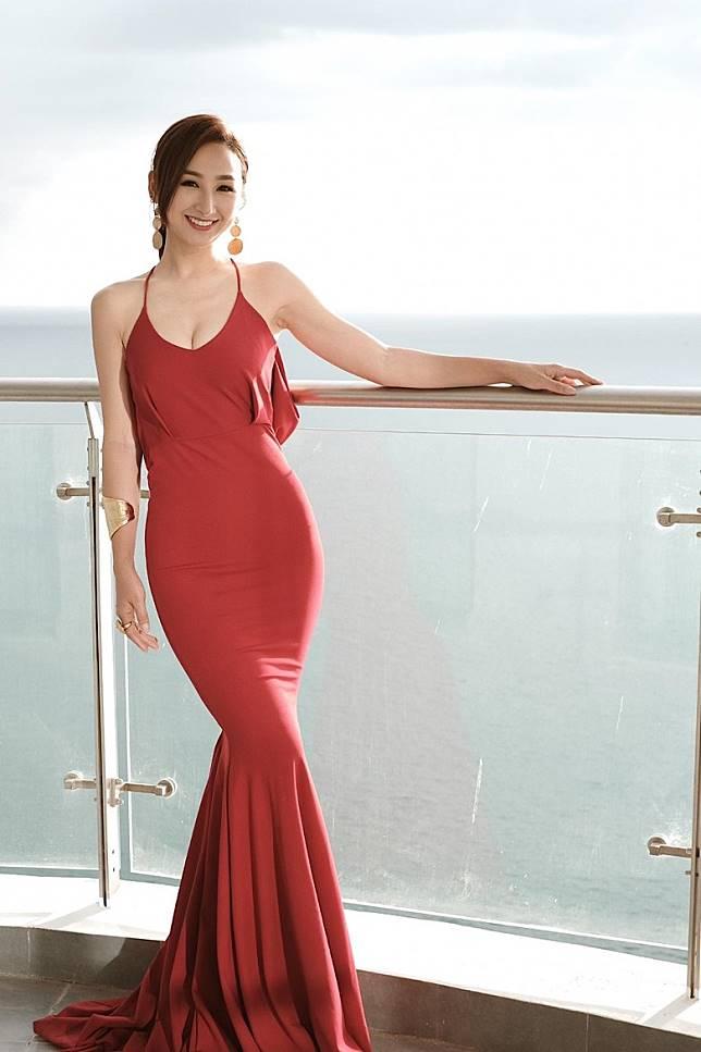 高海寧穿着紅色低胸裙。