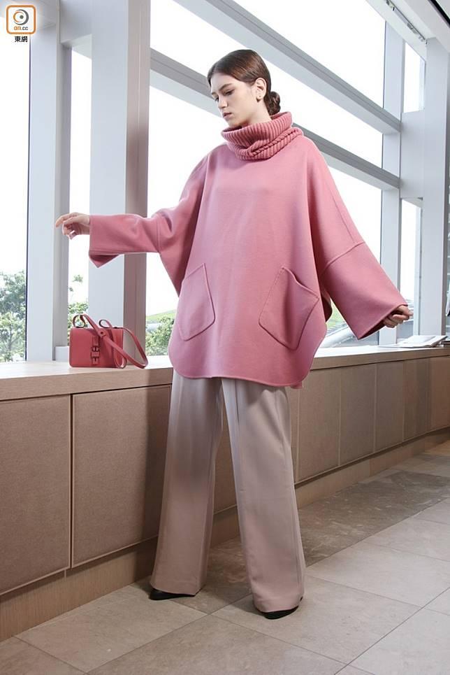 Loro Piana Selby粉紅色雙層羊絨斗篷 、Berit淺粉紅色羊毛及真絲長褲、Lock In粉紅色小羊皮手袋(小號)(盧展程攝)