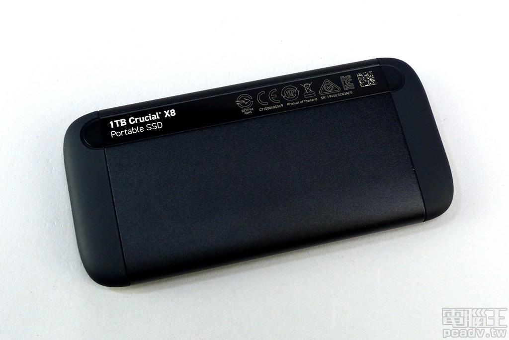 Crucial X8 正、反面均有亮面壓克力板裝飾,正面印製 Crucial X8 型號,背面則是印上多國安規標誌與容量標示,其中當然也包含台灣 BSMI。