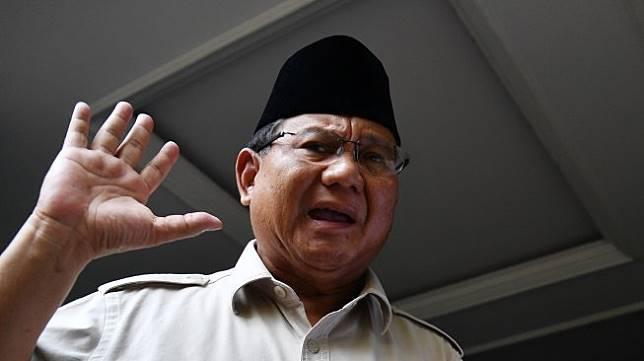 Calon Presiden Prabowo Subianto mendengarkan pertanyaan media saat memberikan keterangan pers di kediaman Prabowo, Kertanegara, Jakarta Selatan, Selasa (21/5). [ANTARA FOTO/Sigid Kurniawan