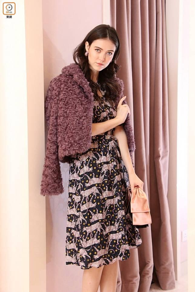 KATE SPADE紫色水晶耳環、紫色毛毛外套、黑色獵豹圖案連身裙、Bowie蝴蝶結手袋(張錦昌攝)