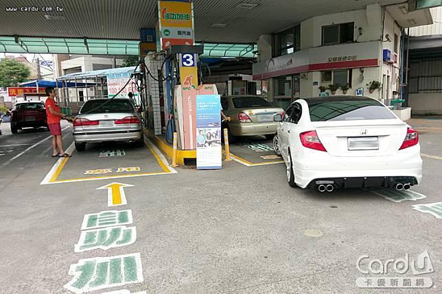 國內油價6連降,汽、柴油價格每公升各調降0.9及1元,刷信用卡自助加油可省更多(圖/卡優新聞網)