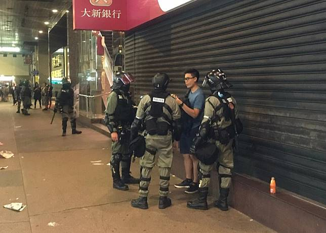 防暴警在德輔道中截查一名男子。(馮子健攝)