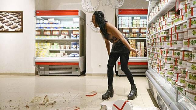 Aktivis kelompok hak perempuan, Femen melakukan aksi protesnya dengan telanjang dada saat berlangsungnya