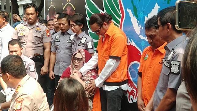 Nunung Srimulat menangis minta maaf kepada suami, fans, dan keluarganya saat jumpa pers di Polda Metro Jaya, Jakarta Selatan, Senin, 22 Juli 2019. TEMPO/M Julnis Firmansyah