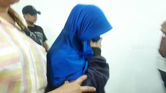 Penampakan wanita perekam video penggal kepala Jokowi di Polda Metro Jaya. (Suara.com/Arga).
