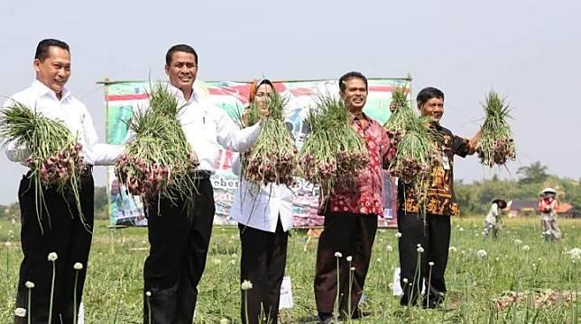 Menteri Pertanian Amran Sulaiman (kedua kiri).