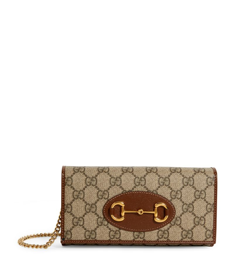 Uniting two of the Italian brands most renowned motifs, this Gucci wallet-on-chain brings new meaning to iconic appeal. Crafted in canvas with contrast leather trims, it is coated in the GG Supreme motif and punctuated with gold-tone Horsebit hardware that magnifies the accessorys statement impact.