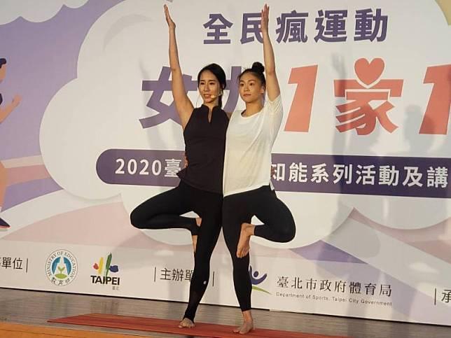 李詹瑩(左)文姿云(右)示範基礎瑜珈動作