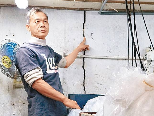 馬料水新村有房屋牆身出現一道近兩米長的裂縫,闊度足夠攝入手指。(楊耀登攝)