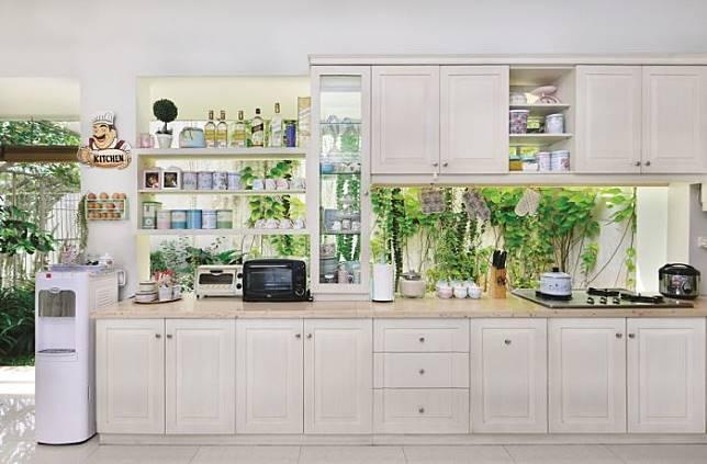 Design Dapur Menyatu Dengan Taman  menempel dengan taman belakang cek ide dapur alami satu ini
