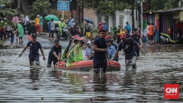 Banjir menggenangi Jalan Raya Ciracas, Jakarta, Selasa, 25 Februari 2020. (CNN Indonesia/Bisma Septalisma)