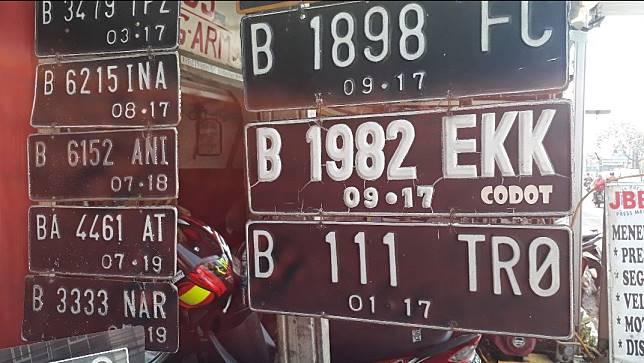 Pelat nomor yang dibuat di pinggir jalan