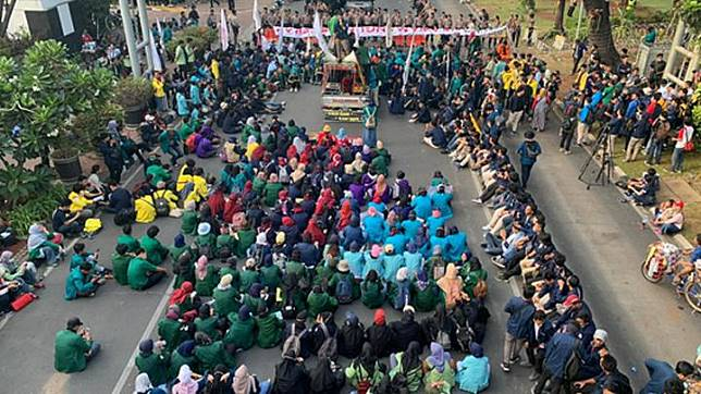 Hundreds of college students under the Indonesian Students Executive Boards' Alliance (BEM SI) stage a protest in front of the Sapta Pesona Building of the Tourism Ministry on Jl. Medan Merdeka Barat in Central Jakarta, Monday, October 21, 2019. TEMPO/Adam Prireza