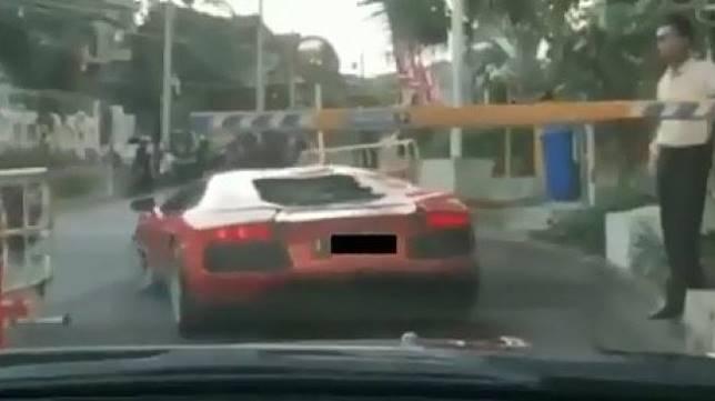 Lamborghini Aventador di Surabaya Lewati Portal Parkir. (Instagram/agoez_bandz4)
