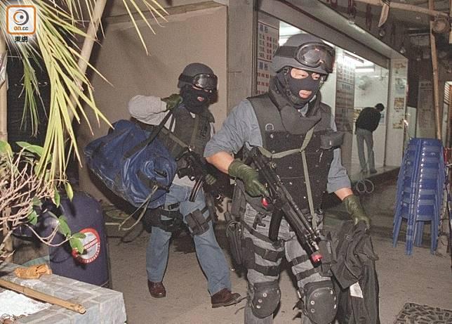 03年平安夜,飛虎隊爆破強攻進入佐敦一單位,拘捕睡夢中的季炳雄。