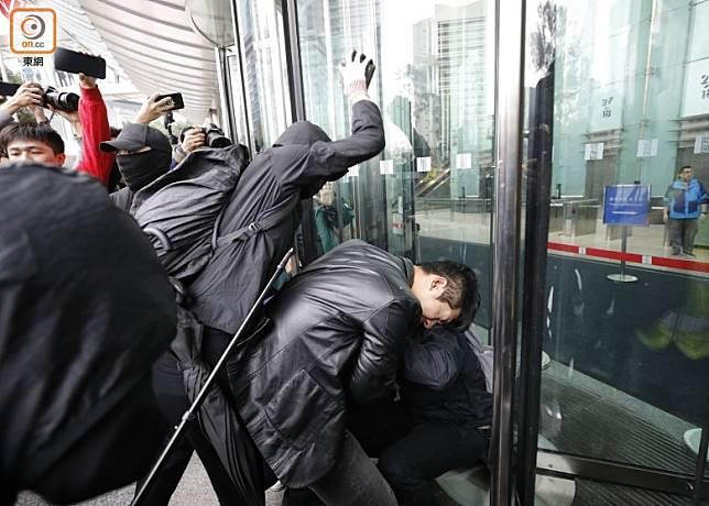 示威者握磚襲擊便衣警員。(李志湧攝)