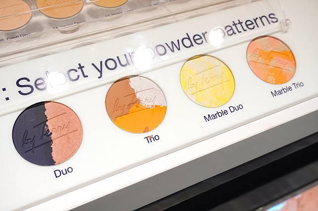 顏色並非獨立配搭成彩妝盤,而是混合壓成一個餅形,非常有趣。