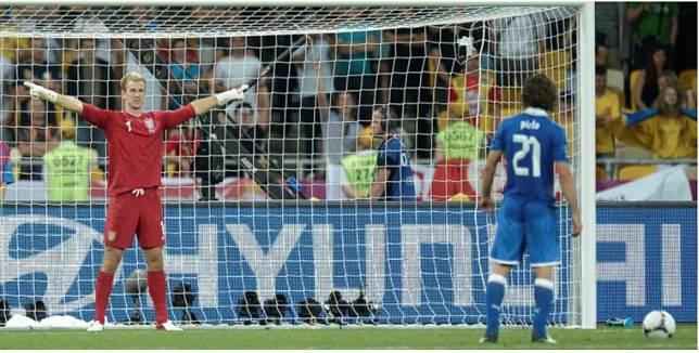 Joe Hart (kiri) dan Andrea Pirlo berduel dalam adu penalti saat Inggris melawan Italia pada perempat final Piala Eropa 2012 di Stadion Olympic, Kiev. (FILIPPO MONTEFORTE/AFP)   Artikel ini telah tayang di Kompas.com dengan judul