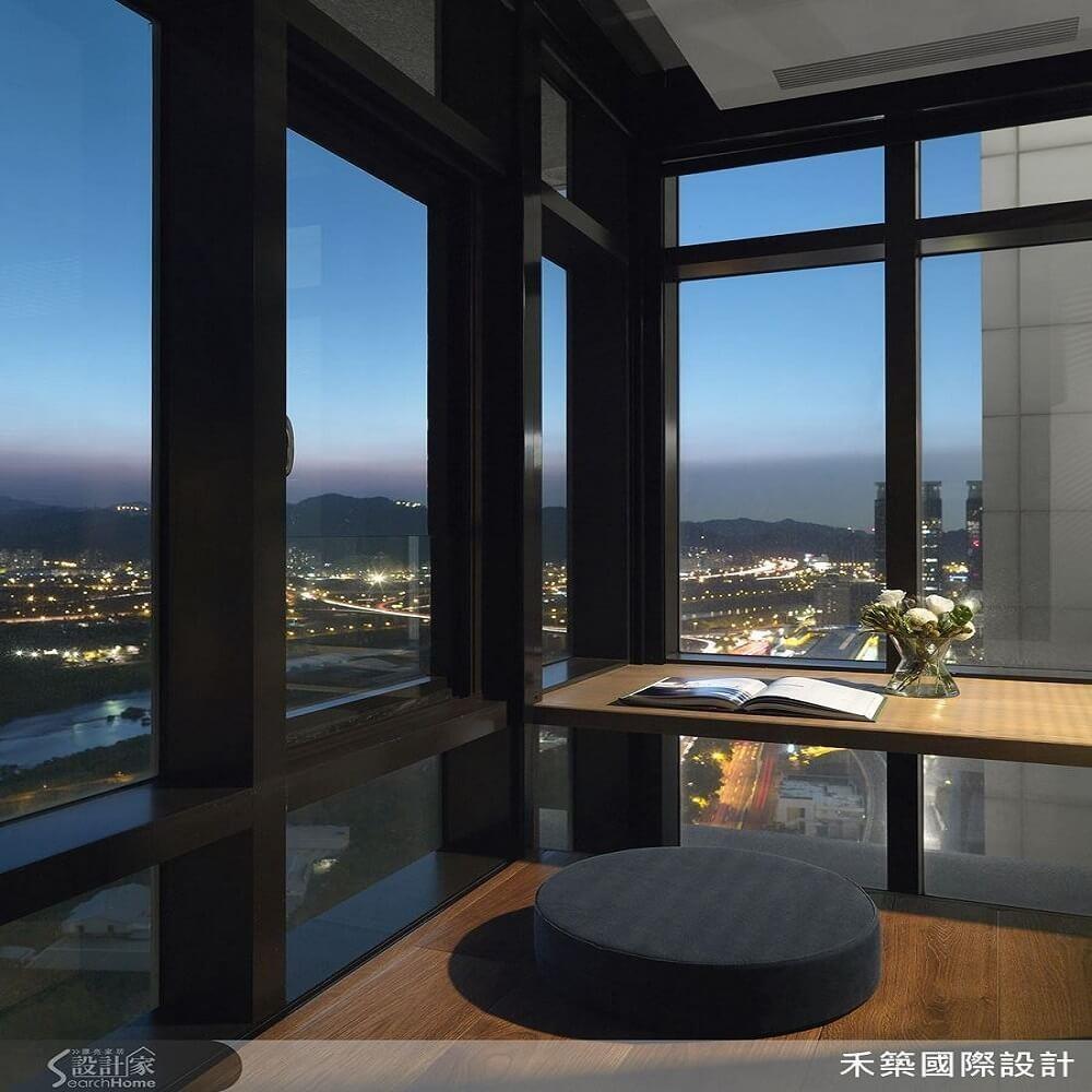緊鄰大面窗景的書桌,讓居住者品酒、休憩或閱讀,都能伴隨美好室外光景。>>看完整文章