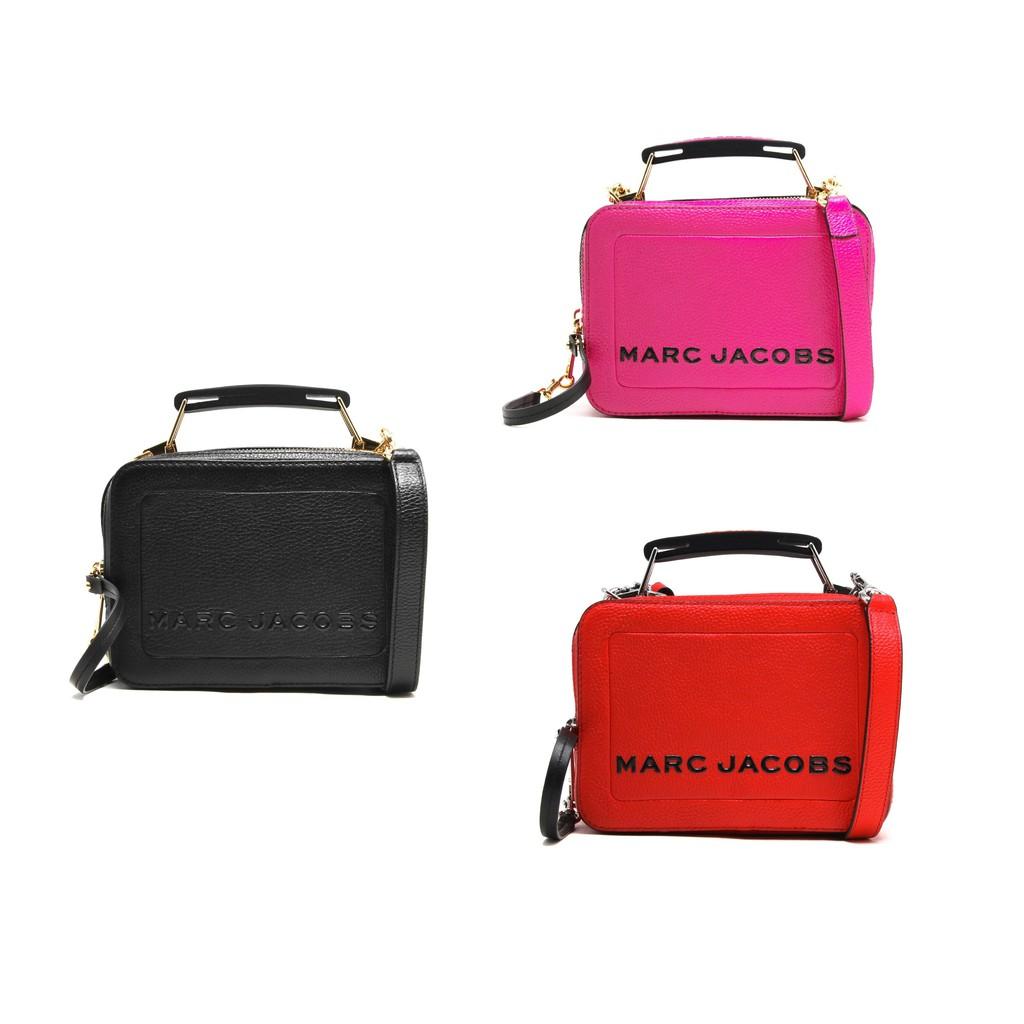 全新真品 Marc Jacobs M0014840 小牛皮粒面The Box 20 包 黑/橘/粉名為「The Box」,設計靈感就來自於復古的午餐盒,以皮革材質製作簡單方正的包型,頂部以雙拉鍊設計,
