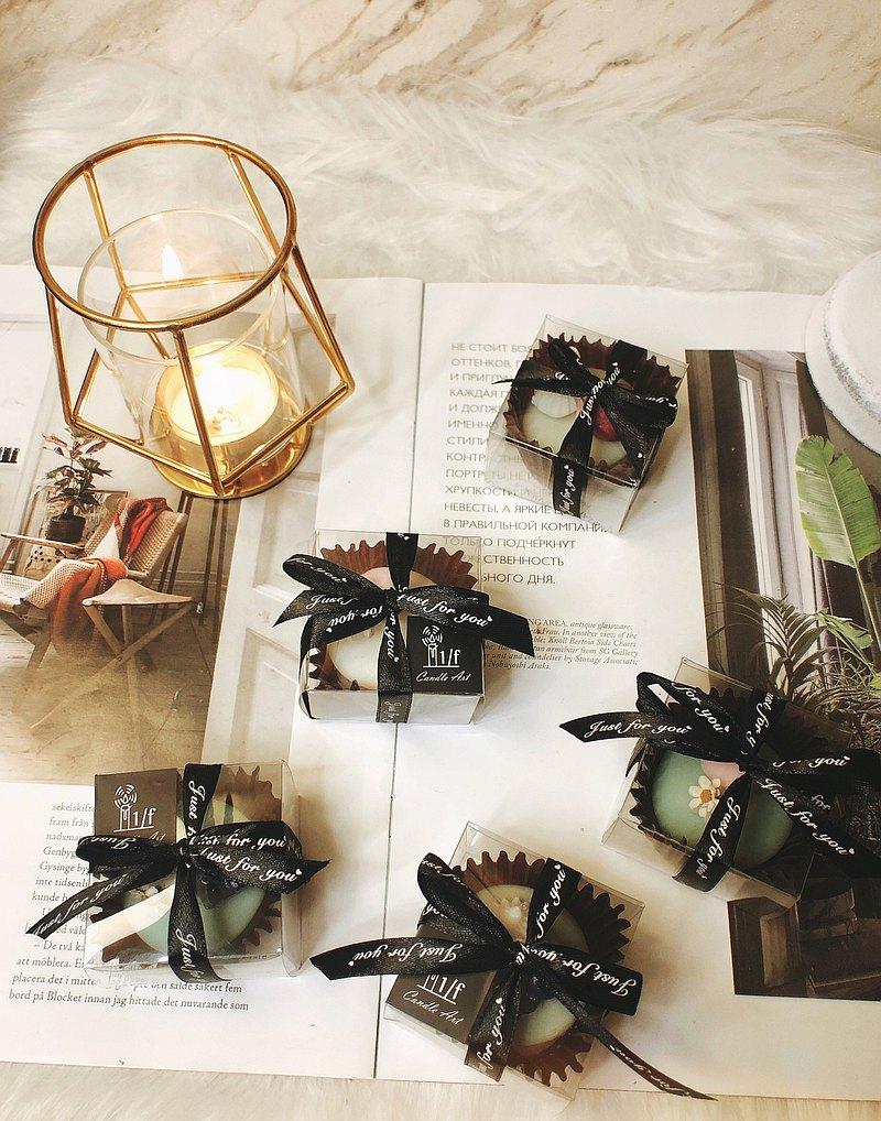 經典單顆包裝馬卡龍香氛蠟燭,每顆都是雙色馬卡龍,以小水果及乾燥花裝飾,可愛又質感,適合當成婚禮小物及企業贈品