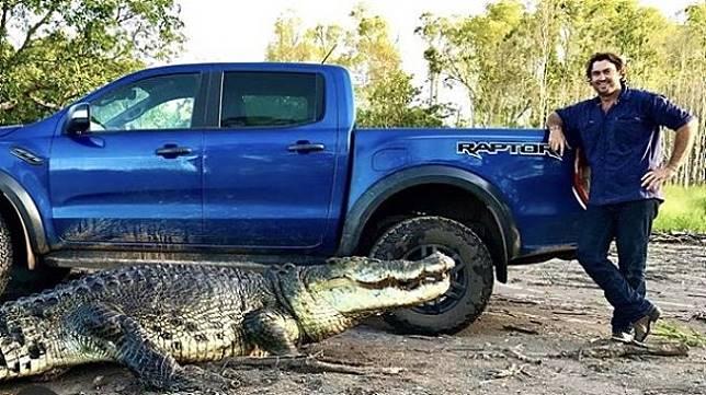 Matt Wright bersama double cab Ford Raptor dan si buaya, ia menuliskan caption