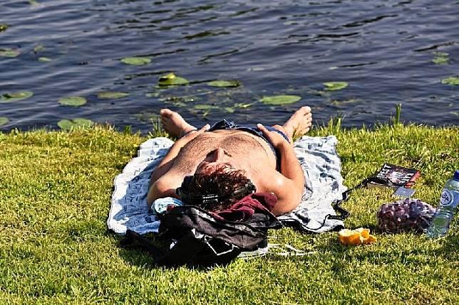 Ilustrasi pria sedang berjemur (pixabay.com)